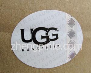 UGG雪地靴的包装纸盒配有新的全息防伪标签